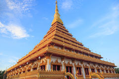 Överkant av den guld- pagoden på den thailändska templet, Khon Kaen Thailand Royaltyfri Fotografi