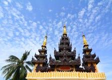 Överkant av den guld- stupaen på den Shwedagon pagoden Fotografering för Bildbyråer