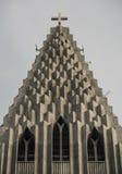 Överkant av den Hallgrimskirkja domkyrkan i Reykjavik, Island, lutheranförsamlingkyrka, yttersida i en solig sommardag med Royaltyfri Fotografi