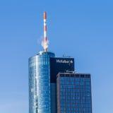 Överkant av den huvudsakliga tornskyskrapan i staden av Frankfurt Royaltyfria Bilder