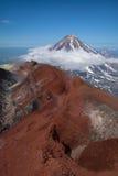 Överkant av den Koryaksky vulkan som ses från den Avachinksy vulkan Arkivbilder