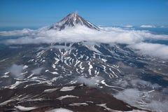 Överkant av den Koryaksky vulkan som ses från den Avachinksy vulkan Arkivbild