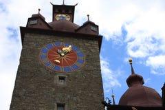 Överkant av den Rathaus tornkorridoren i Lucerne, Schweiz med den äldsta stadsklockan som byggs av Hans Luter i 1535 arkivfoton
