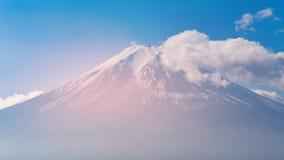 Överkant av den täckte Fuji bergvulkan och molniga flyttningen royaltyfri bild
