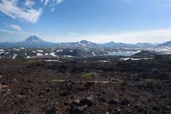 Överkant av den Vilyuchinskaya vulkan- och bergsjön från den Gorely vulkan Arkivfoto