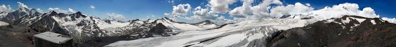 Överkant av det Elbrus bergmaximumet Stor panorama av härlig snö mo Arkivfoton