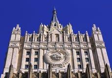 Överkant av det enorma huset som byggs i den sovjetiska stilen Royaltyfri Bild
