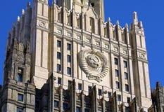Överkant av det enorma huset som byggs i den sovjetiska stilen Fotografering för Bildbyråer