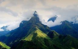 Överkant av det Fansipan berget i Sapa, Vietnam Royaltyfria Foton
