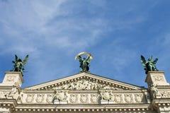 Överkant av det LvivOpera huset Royaltyfri Bild