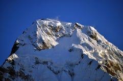 Överkant av det snöig berget arkivbild