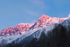 Överkant av det stora berget på solnedgång fotografering för bildbyråer