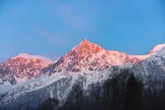 Överkant av det stora berget på solnedgång arkivfoton