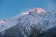 Överkant av det stora berget på solnedgång royaltyfri bild