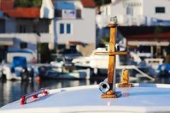 Överkant av en liten fiskebåt som utrustas med en siren och onboard navigeringljus Fragment av en havsskyttel på en dunkel bakgru royaltyfri bild