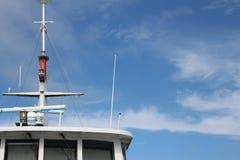 Överkant av ett skepp med masten med blå himmel och cirrusmolnmoln Arkivbild