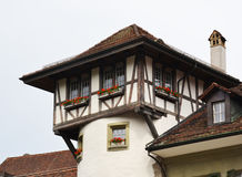 Överkant av gammal byggnad i Bern Arkivfoton