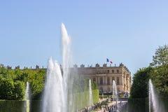 Överkant av Neptunspringbrunnen och slotten, Versailles, Frankrike Royaltyfri Fotografi