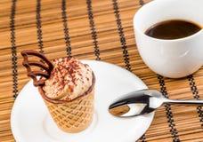 Överkant av sikten av den läckra lilla kaffekakan med choklad nära en kopp kaffe Fotografering för Bildbyråer