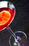 Överkant av sikten av den röda coctailen på den wood tabellen med utrymme för text Royaltyfri Foto