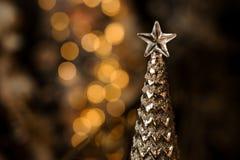 Överkant av silvermetallträdet med stjärnan royaltyfri bild