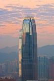 Överkant av skyskrapan IFC vid natt Arkivbilder