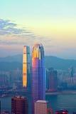 Överkant av skyskrapan IFC vid natt Arkivfoto