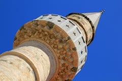 Överkant av stenminaret av den forntida moskén på den grekiska ön av Kos Royaltyfria Foton