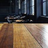 Överkant av tabellen med den suddiga inre för stångkaférestaurang Arkivbild