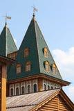Överkant av tornet av den gamla ryska kungliga slotten Royaltyfri Fotografi