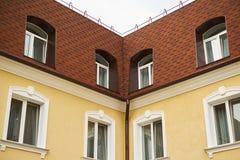 överkant av två husfasader en vit himmel arkivfoto