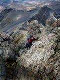 Överkant för berg för flickafotvandraretoppmöte Royaltyfria Bilder