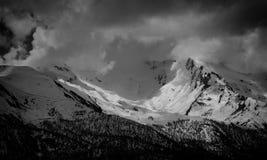 Överkant för berg för landskapfoto snöig ett soligt och dolt med moln, Mestia Royaltyfri Fotografi