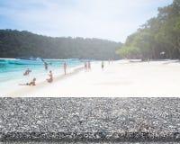 Överkant för marmorstentabell och suddighetsbakgrund av stranden royaltyfria bilder
