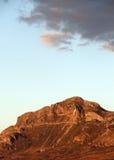Överkant för steniga berg, nära solnedgång, Sicilien Arkivbild
