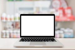Överkant för tabell för apoteklagerräknare med bärbara datorn för tom skärm Royaltyfria Bilder