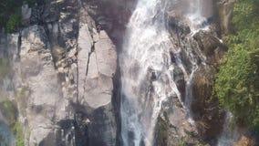 Överkant ner den flyg- sikten av den jätte- vattenfallet som flödar i Vietnam berg som filmas i ultrarapid stock video