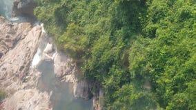 Överkant ner den flyg- sikten av den jätte- vattenfallet som flödar i Vietnam berg som filmas i ultrarapid arkivfilmer