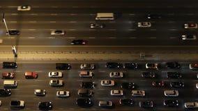 Överkant ner flyg- sikt av tung trafik på motorväg på natten arkivfilmer