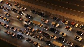 Överkant ner flyg- sikt av tung trafik på motorväg på natten lager videofilmer