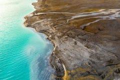 Överkant ner sikt på rikt mineraliskt förlorat flöde från kraftverket till smaragdsjön fotografering för bildbyråer