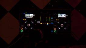 Överkant ner skott av blandande musik för dj på blandare i exponera ljus i nattklubb arkivfilmer
