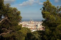 Överkant-sikten av Barcelona, Spanien på den soliga dagen från hög poäng parkerar in GUEL Sikt av konstruktionen Sagrada Familia  Royaltyfria Foton
