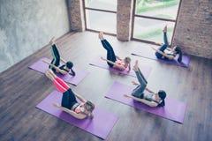 Överkanten av abs utarbetar upp Fem koncentrerade sportiga flickor är drevet Royaltyfri Fotografi