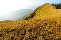 Överkanten av berget är högre än molnen Royaltyfri Fotografi