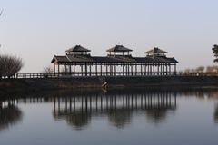 Överkanten av berget av reflexionen för paviljong för sjöfördämning tre på yttersidan av vattnet Royaltyfria Bilder