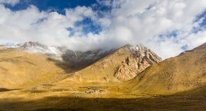 Överkanten av berget var täckt snö Arkivfoto