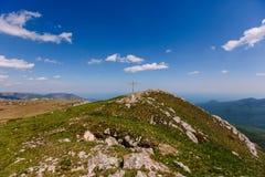 Överkanten av Chatyr Dag Korset på överkanten av berget ta bort väder royaltyfri bild