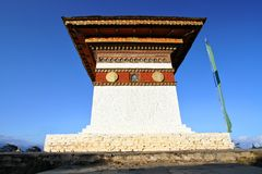 Överkanten av 108 chortensstupas på Dochula passerar på vägen från Thimphu till Punaka, Bhutan Royaltyfri Foto