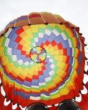 Överkanten av den färgrika brandballongen arkivfoto